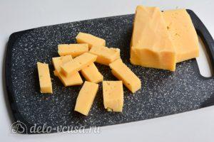 Куриные котлеты с сыром внутри: Нарежьте сыр