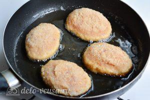 Куриные котлеты с сыром внутри: Обжарить котлеты