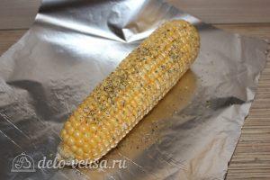 Запеченная кукуруза в фольге: Посыпать специями