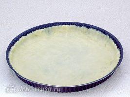 Луковый пирог с сыром: Раскатать тесто по размеру формы