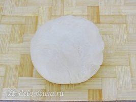 Луковый пирог с сыром: Замесить тесто