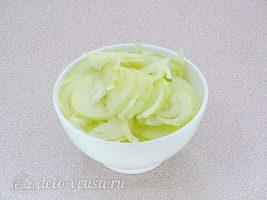 Луковый пирог с сыром: Нашинковать лук
