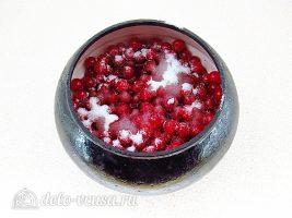 Пирожки с калиной: Засыпать ягоды сахаром