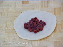 Пирожки с калиной:Выложить начинку на тесто