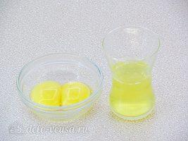 Пирожки с калиной: Разделить белки с желтками