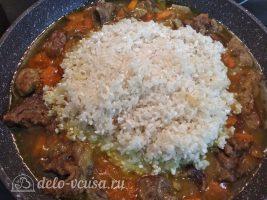 Плов из баранины с чесноком: Добавить рис к мясу