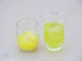 Пышная шарлотка с яблоками: Разделить белки и желтки