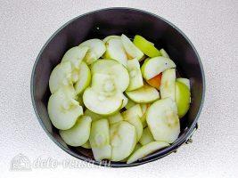 Пышная шарлотка с яблоками: Нарезать яблоки