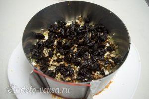 Закусочный торт с курицей: Выложить орехи и чернослив