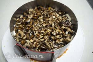 Закусочный торт с курицей: Выложить грибы