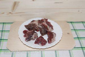 Тушеная баранина с картофелем: Нарезать мясо