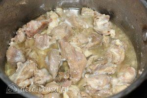 Тушеная баранина с картофелем: Обжарить мясо и лук