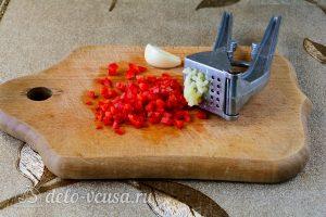 Острые баклажаны как грибы: Измельчить перец и чеснок