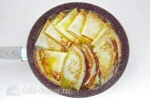 Блинчики Креп Сюзетт с апельсиновым соусом: Выложить блины в соус