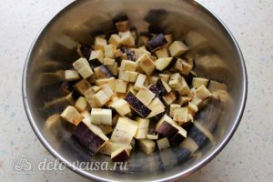 Булгур с овощами: Порезать баклажаны