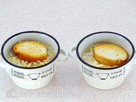 Классический французский луковый суп: Накрыть суп багетом