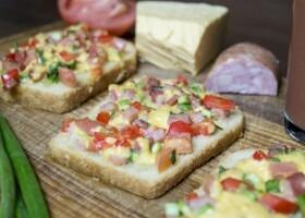 Горячие бутерброды с колбасой, сыром и болгарским перцем