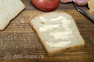 Горячие бутерброды с колбасой, сыром и болгарским перцем: Смазать хлеб маслом