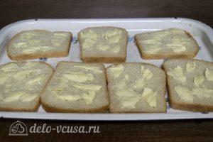 Горячие бутерброды с колбасой, сыром и болгарским перцем: Выложить хлеб на противень