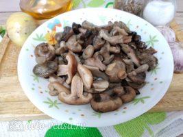Жареные грибы с чесноком: Порезать грибы