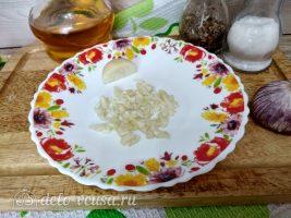 Жареные грибы с чесноком: Измельчить чеснок