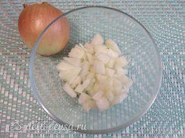 Классический гуляш из свинины с подливкой: Нарезать лук