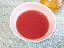 Классический гуляш из свинины с подливкой: Развести томатную пасту