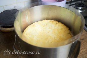 Ягодный муссовый торт: Выложить бисквит на дно