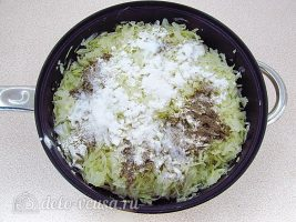 Запеченная белокочанная капуста с сыром: Добавить муку и специи
