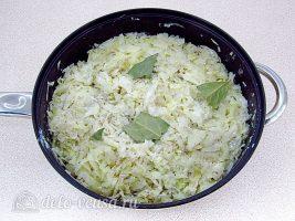 Запеченная белокочанная капуста с сыром: Добавить молоко и лавровый лист