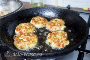Куриные котлеты с овощами и сыром: Обжарить котлеты