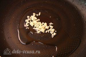 Паста с семгой в сливочном соусе: Обжарить чеснок