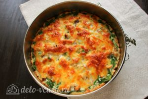Пирог из красной рыбы со шпинатом готов