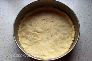 Пирог из красной рыбы со шпинатом: Распределить тесто по форме