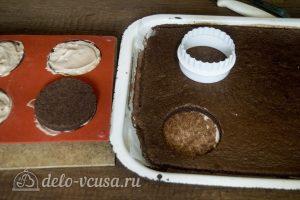 Муссовое пирожное Мишки: Накрыть пирожное бисквитом