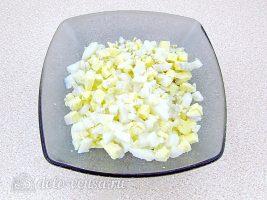 Салат Дамский каприз с ананасом и курицей: Нарезать яйца