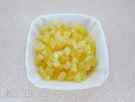 Салат Дамский каприз с ананасом и курицей: Нарезать ананасы
