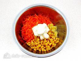 Салат из моркови с кукурузой и чесноком: Соединить все ингредиенты