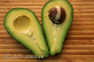 Салат с авокадо и помидорами: Нарезать авокадо