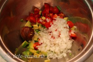 Салат с авокадо и помидорами: Нарезать помидоры