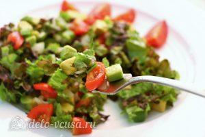 Салат с авокадо и помидорами готов