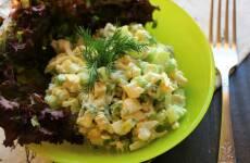 Салат с авокадо, яйцом и огурцом
