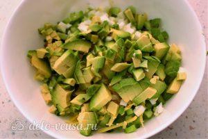 Салат с авокадо, яйцом и огурцом: Нарезать авокадо