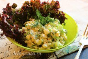 Салат с авокадо, яйцом и огурцом готов