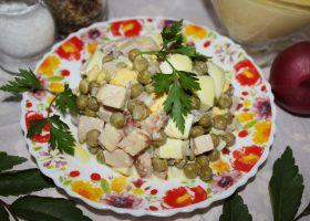 Салат с копченым мясом и горошком