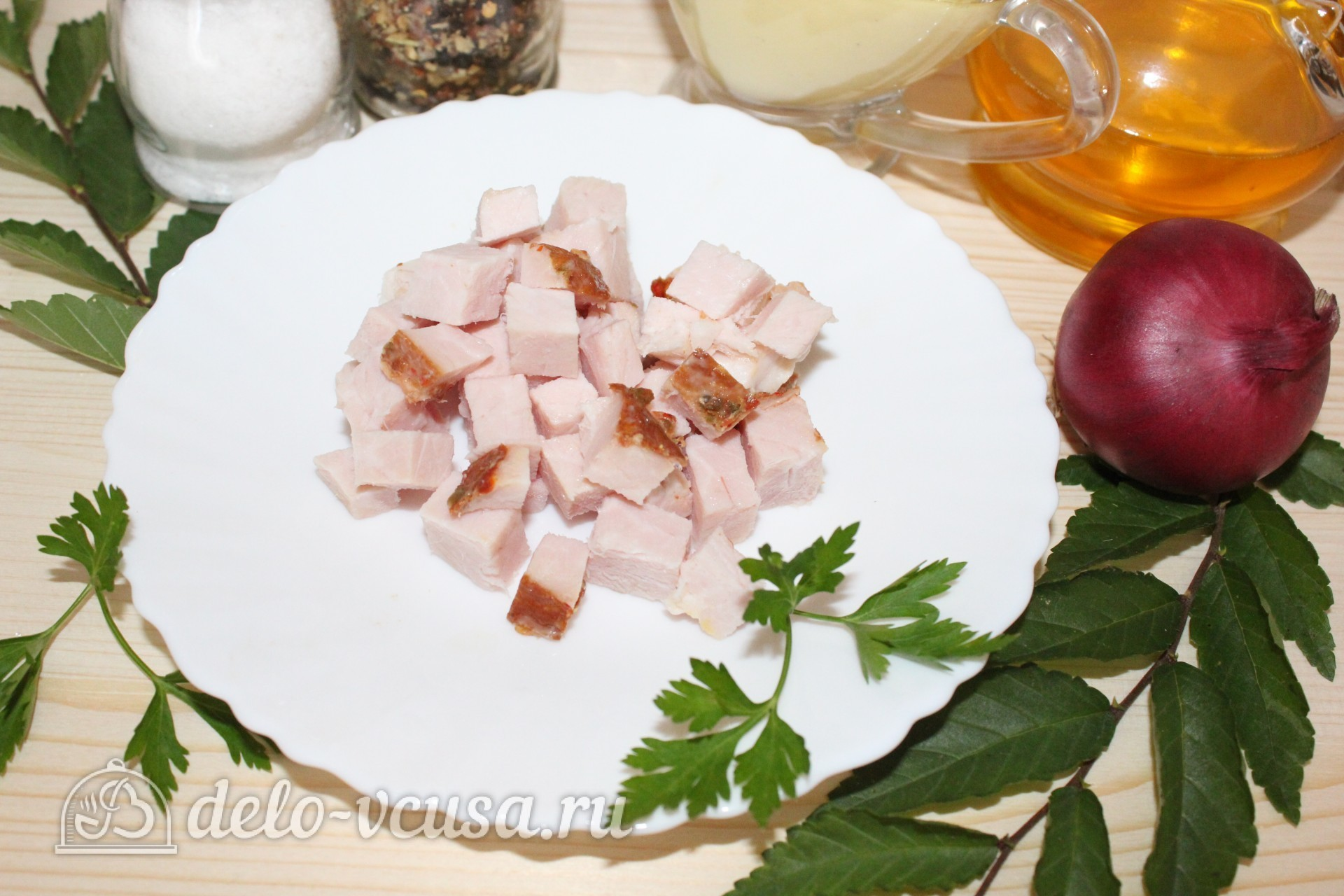 Салат с копченым мясом и горошком: Нарезать мясо