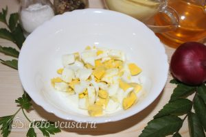 Салат с копченым мясом и горошком: Нарезать яйца