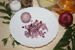 Салат с копченым мясом и горошком: Нарезать лук