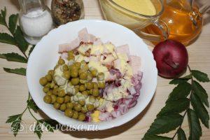 Салат с копченым мясом и горошком: Соединить ингредиенты