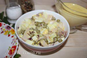 Салат с копченым мясом и горошком: Разложить по порционным тарелкам